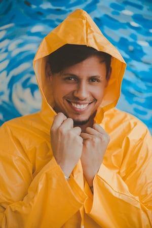 Junger Mann in Regenjacke Foto von Lucas Pezeta von Pexels 2008524